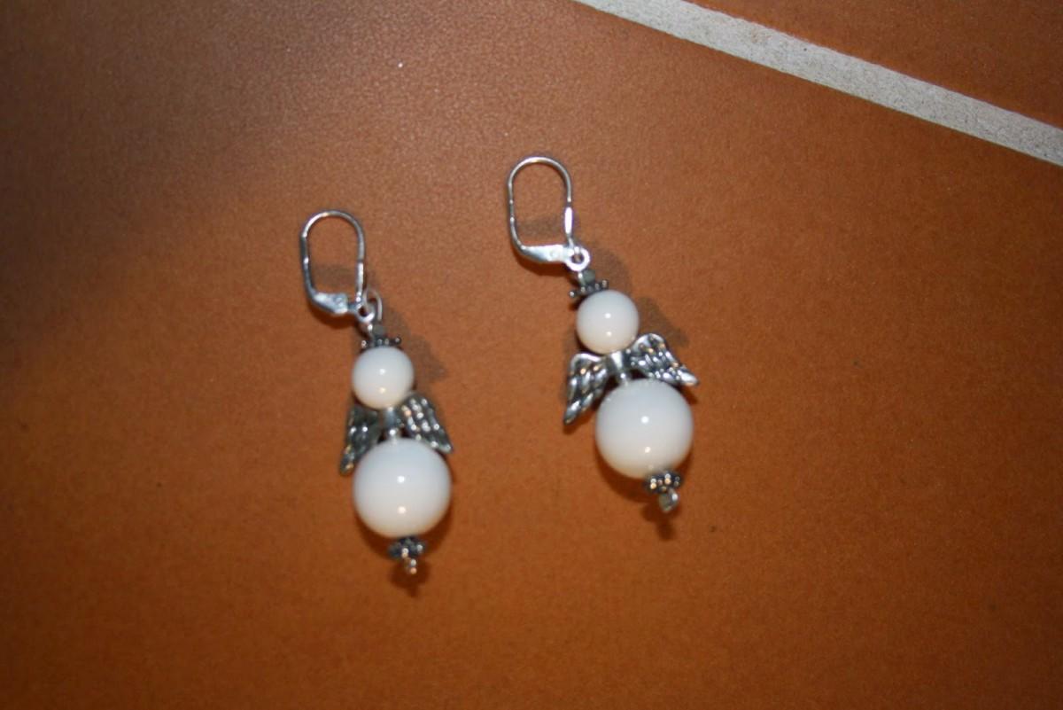 Ohrringe mit Silberelementen und weisser Koralle