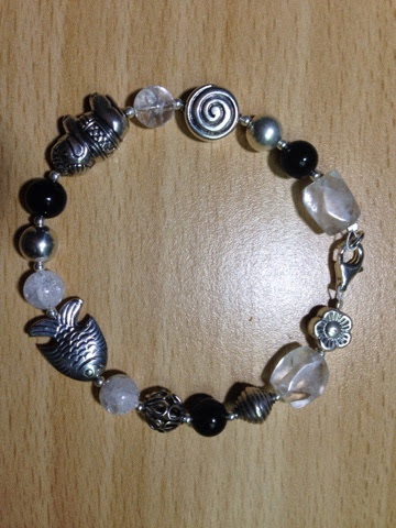 Armband mit Silberelementen, Bergkristall und Onyx