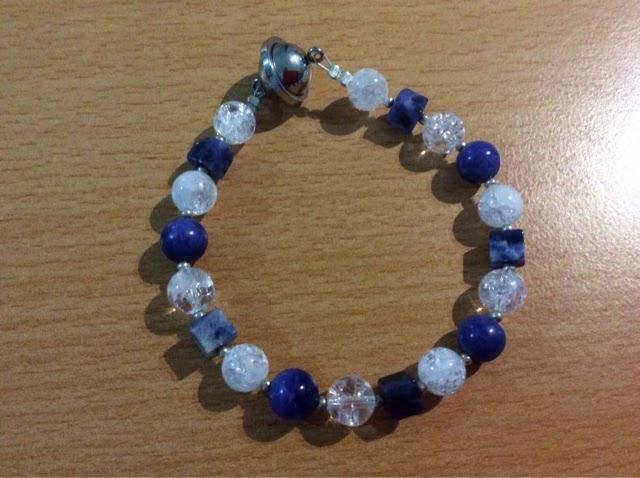 Armband mit Sodalith und Bergkristall.